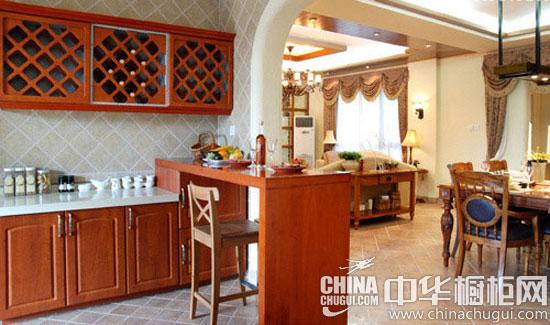红褐色的实木整体橱柜非常符合美式风格的特色