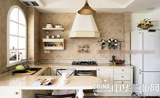 充满自然之味的美式乡村风是一种独特的家居风格,将异域风情和自然之味同时融入室内,给人以浪漫自然的唯美享受。今天,小编为大家推荐三款美式乡村风格的开放式厨房设计,典雅大方的橱柜加上菱形瓷砖的修饰,是不是显得更加别具一格呢?  菱形瓷砖打造灵动空间 美式乡村风厨房的浪漫体验 小编点评:墨绿色在美式田园风格的厨房里经常遇到,用淡雅的黄色搭配绿色的厨房橱柜,整体感觉不仅复古而且还有一种田园风情,桑拿板的厨房吊顶,更是将大自然的风情和文化很好的融入到厨房中来。  菱形瓷砖打造灵动空间 美式乡村风厨房的浪漫体验 小编