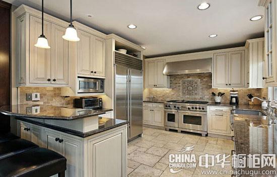 【中华橱柜网】厨房设计是非常重要的,合理的设计能让我们操作起来更加方便,也能避免厨房脏乱的环境。下面5款橱柜的设计,会让你不由自主地为之欣喜。  厨房装修有绝招 新颖的橱柜设计 设计点评:白色的天花板上罗列着一些小灯,照射着整个房间,使房间看起来显得金碧辉煌。白色花纹大理石台面显示出一种大气与豪华。白色橱柜门板厨房橱柜,增加了几分华丽与洁净。深色菱形瓷砖拼花墙面,为房间增添了几分稳重与庄严。两扇白色的窗户为房间增添了明亮,使房间看起来不觉得昏暗。棕色实木地板铺设地面,让人觉得朴实,更有亲切感。  厨房装修