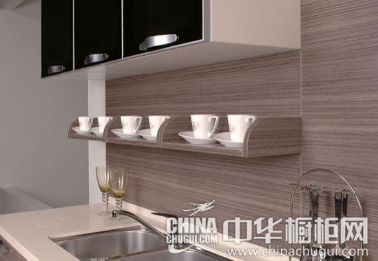 【中华橱柜网】相对于设计复杂橱柜,简洁设计的厨房产品更能营造视觉上的干净宽敞之感,是中小户型厨房的不二选择。本期,我们为大家推荐一款能够营造新鲜厨房环境的灰色木纹橱柜,8人性化厨房简约中透露着精致,给予生活更多的趣味性。  灰色木纹打造新鲜环境 8人性化厨房(欣赏更多木纹橱柜效果图) 【整体风格】 素雅的木质纹理,造型简洁清爽,彰显了自然格调的素净之感。烟机将油烟牢牢限制在抽油烟机下方,还厨房一个新鲜的环境。  灰色木纹打造新鲜环境 8人性化厨房 【素雅纹理】 素雅的木纹理、简洁的造型、琥珀质感的茶色