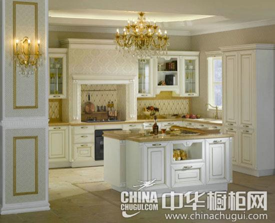 【中华橱柜网】金色是一种高贵的颜色,是财富和地位的象征,本期为大家推荐的这款白色和金色搭配的整体橱柜充满宫廷式的贵族气息,是橱柜产品终大气精致的典范。想象一下在金色的厨房殿堂里烹饪,是不是感觉如梦似幻呢?  金色宫廷风格橱柜 大气精致的典范(欣赏更多欧式风格橱柜图片) 【整体风格设计】 白金汉宫最大的特点在于白色和雅金的大面积使用,因此,白金汉宫这一名字不仅体现了该厨柜奢华低调却又不失大气简洁的风格外,也可以说是设计元素的概括,即白和金。在整个厨房中从地板到墙壁天花板,从岛台到厨柜,从门板到抽屉,无一不使