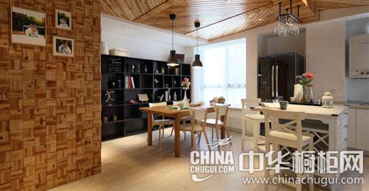 """【中华橱柜网】这是一间99平米的北欧风格小居,开放自由的餐厨空间专为年轻群体打造。跟随潮流的白色岛型整体橱柜,个性的木质吊顶,温暖的原木餐桌,给了开放式餐厨空间无限可能,为""""自由完美""""交上了一份美好答卷。  北欧风格客厅装修效果图 设计重点:白色简约风 小编点评:客厅保持整体白色的简约风格,挑选白色的布艺沙发与白色茶几相搭配,左右两则点缀两张对比强烈的黑色单人沙发。  北欧风格餐厨设计 白色多功能岛型橱柜推荐(欣赏更多北欧风格厨房装修效果图) 设计重点:多功能区域 小编点评:设计师"""