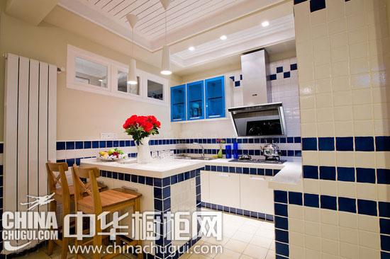 下面这个婚房装修案例的空间规划做的非常符合新人小两口的要求,门厅区、餐厅区、吧台区、卫生间区域、淋浴房、起居室、置物区,这些区域规划的都非常清新舒适。在厨房装修上,因为空间不够大,没有选择费空间的整体橱柜,而是量身打造的砖砌橱柜,十分清爽舒适。 餐厅设计图片:  清新的地中海婚房案例欣赏 砖砌橱柜量身而制 入门换衣后,第一的空间便是这个开放的餐厅空间,餐厅、厨房、吧台空间组成的区域。小户型的空间实用至上,餐厅、厨房、吧台一体的空间,这间餐厅吧台设计比较科学,餐厅和吧台分开,跟厨房在同一水平线,功能区界限分