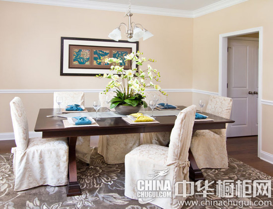 【中华橱柜网】高贵奢华固然能让人产生深刻的印象,但是想要营造出家庭的温馨和睦感,低调自然的风格才是最合适的。本案采用田园与欧式古典的结合,辅以小清新的搭配,为家庭成员们开辟出了新的天地。实木橱柜搭配了四人的吧台,不管是在此聚餐或是畅饮,都情调十足。  欧式田园风格起居室装修效果图 【起居室】这里将田园风与欧式古典风情结合在一起,浅咖啡色与花朵装饰图案的小清新搭配受到设计师的偏爱,被用在了沙发椅上,橱柜、壁炉、镜子,都带有宫廷风情。  实木橱柜图片 【厨房】一味的高贵内敛并不能让现代人欢喜,墙壁上的摩登时钟